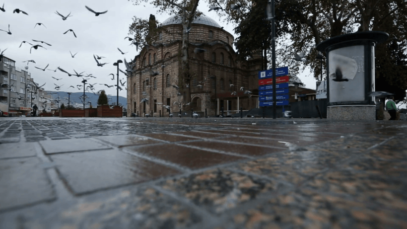 pigeons-in-the-courtyard-of-emir-sultan-mosque-bursa-turkey-1555_ny8c4qbf__F0000