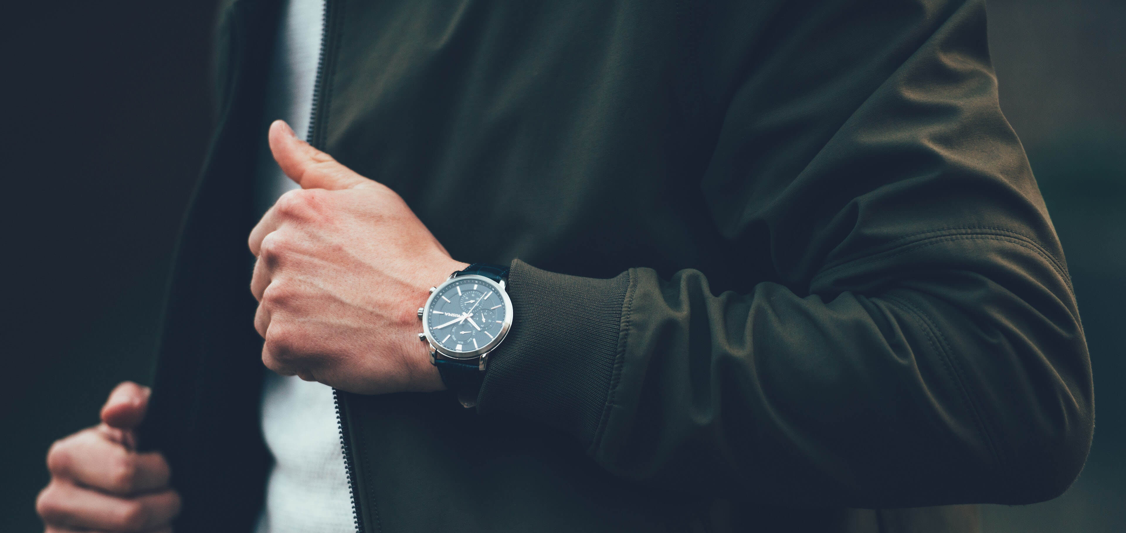 Why do we wear a watch on the left hand? dans منوعات HAIQIN-Watch-Background